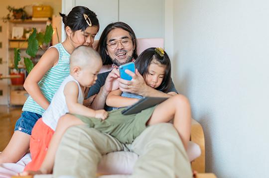 father-set-savings-goals-on-mobile-mcti2